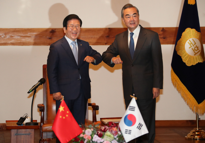 South Korea's National Assembly Speaker Park Byeong-seug and China's Foreign Minister Wang Yi (right)