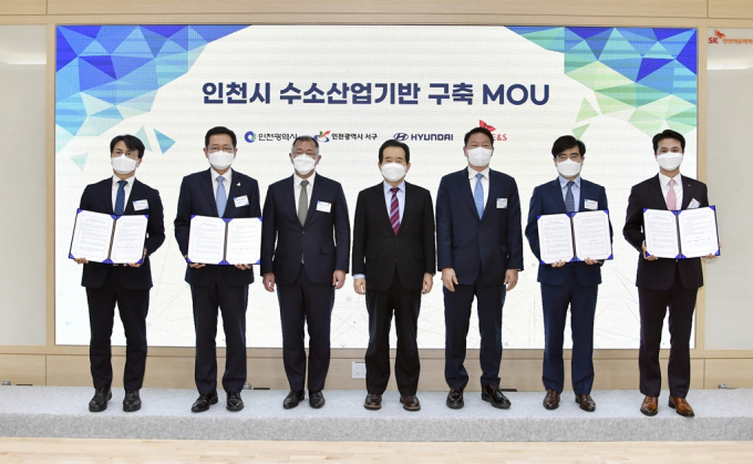 South Korean Prime Minister Chung Sye-kyun (center) and heads of big conglomerates pose for a photo after signing an MOU on hydrogen cooperation.