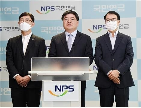 NPS CIO Ahn Hyo-joon (left) and CEO Kim Yong-jin (center)