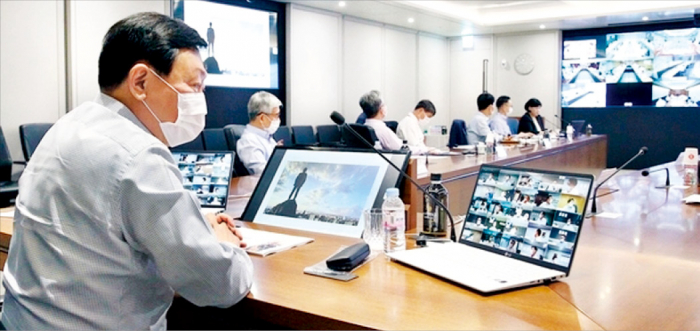 Lottee Group Chairman Shin Dong-bin presides over a CEO meeting in January.