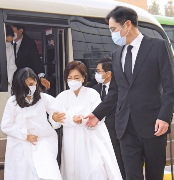 Lee Boo-jin (Hotel Shilla CEO, left), Hong Ra-hee (the late Lee's wife, center) and Jay Y. Lee (right) attend Lee's funeral in October 2020