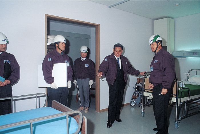 Lee Kun-hee inspects the construction of Samsung General Hospital