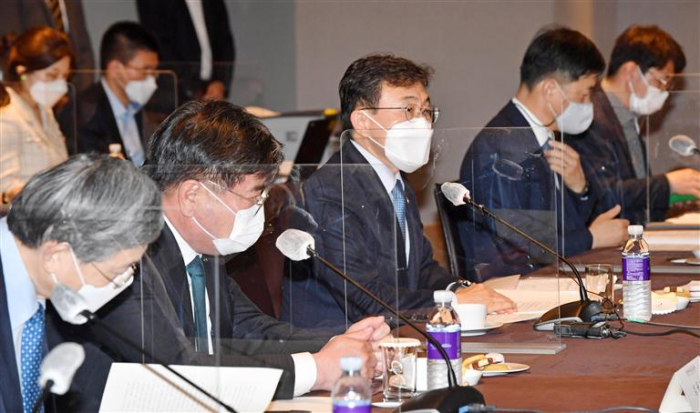 Welfare Minister Kwon Deok-chul (center) speaks at the NPS investment management committee meeting on Apr. 30